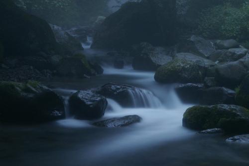 早朝の川の流れ
